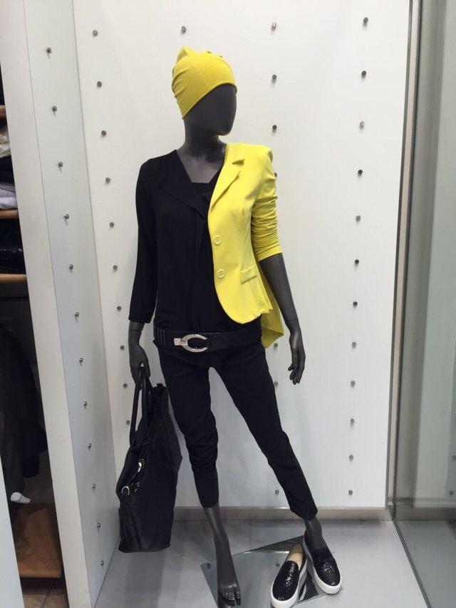 donna cerca abbigliamento perfetto